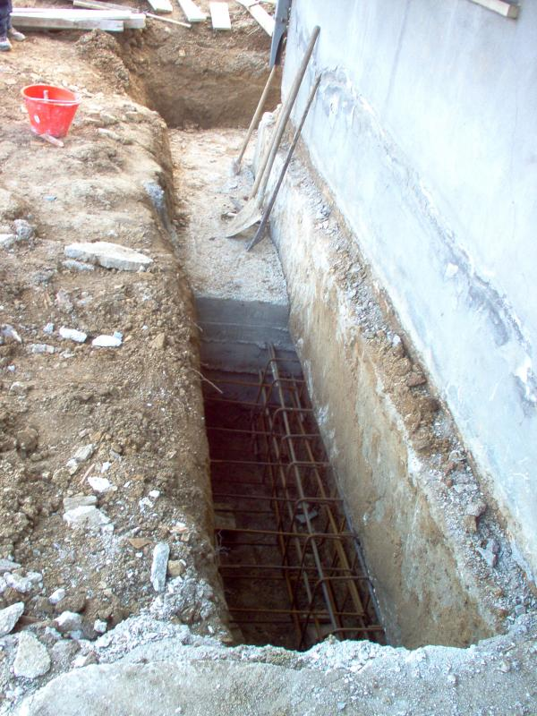 Consolidamento fondazioni edificio privato - Trave di sottofondazione in cls su misropali